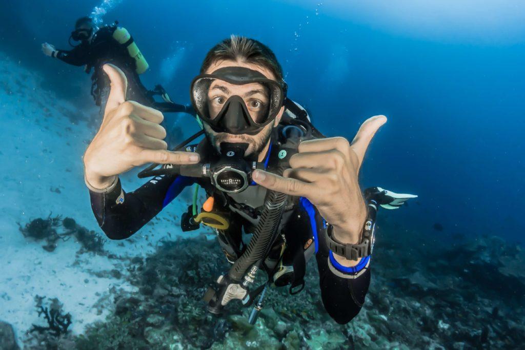 Plongeur sous-marin heureux
