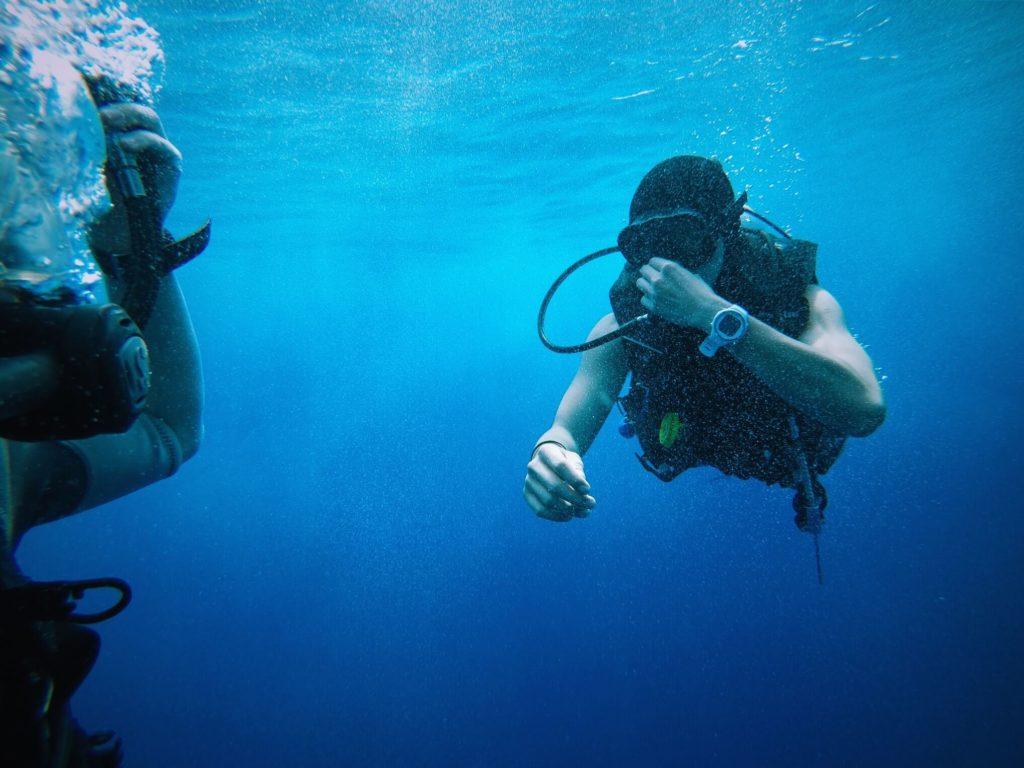 Plongeur égalisant ses oreilles en plongée